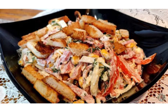 Нежный салат с колбасой и сухарями