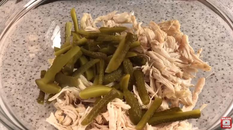 Простейший салат с курицей и огурцами