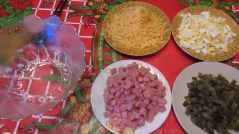Простой и быстрый салат с ветчиной и сыром
