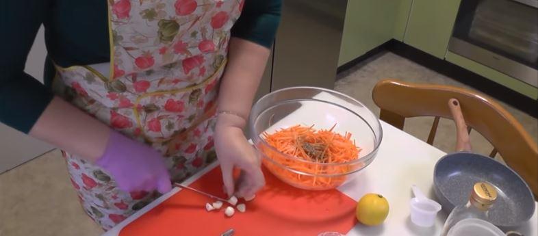 Салат из пекинской капусты с чесноком и морквью