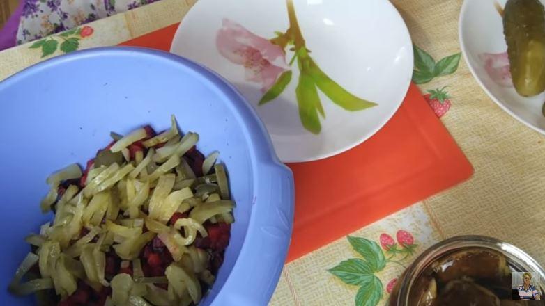 Вкуснейший салат из свеклы с маринованными грибочками