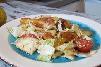 Яркий салат с курицей, грушей и пекинской капустой!