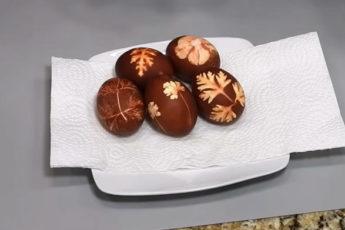 Красим яйца на ПАСХУ в луковой шелухе! Простой и быстрый рецепт!