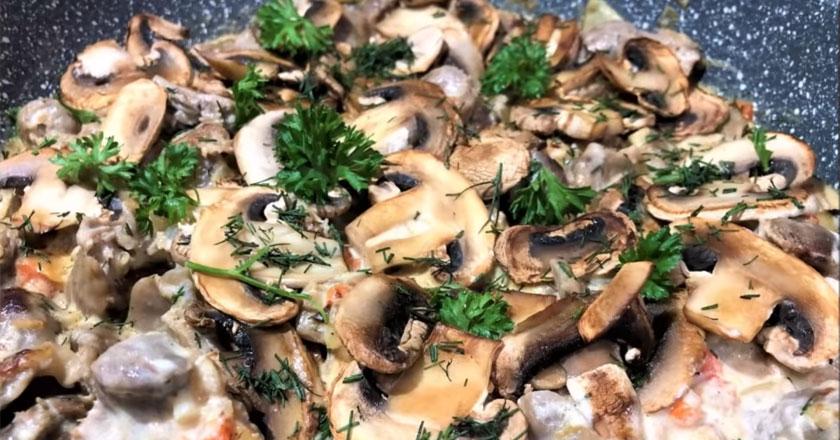 Вкусные и ароматные куриные желудочки с грибами в сметанном соусе - пальчики оближешь!