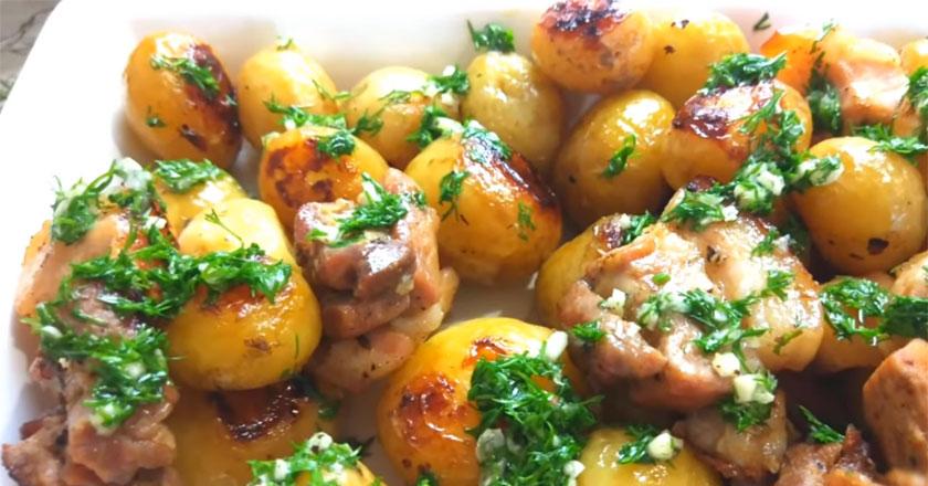 Молодой картофель с ароматной свининой! Вкусный обед!