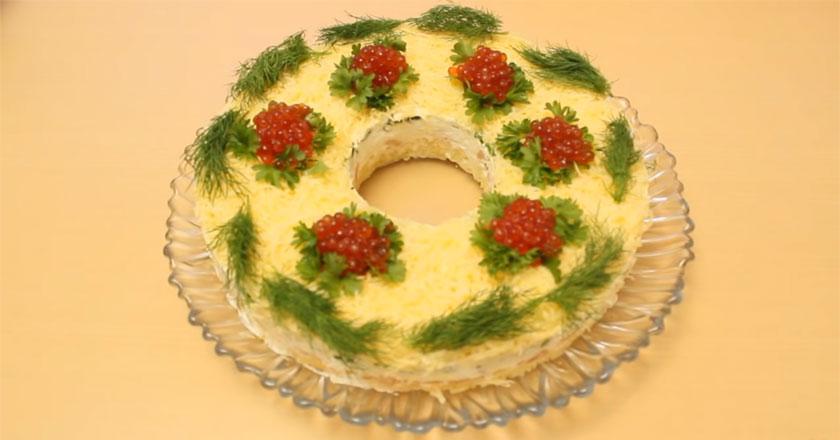 Вкусный салат с красной рыбой и икрой!