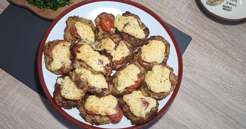 Оригинальная закуска из кабачков с колбасой и сыром!