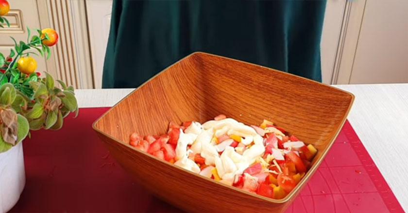 Нежный весенний салат из крабовых палочек и болгарского перца!