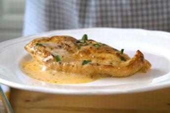Сочная куриная грудка, запеченая в духовке со сливочным соусом!
