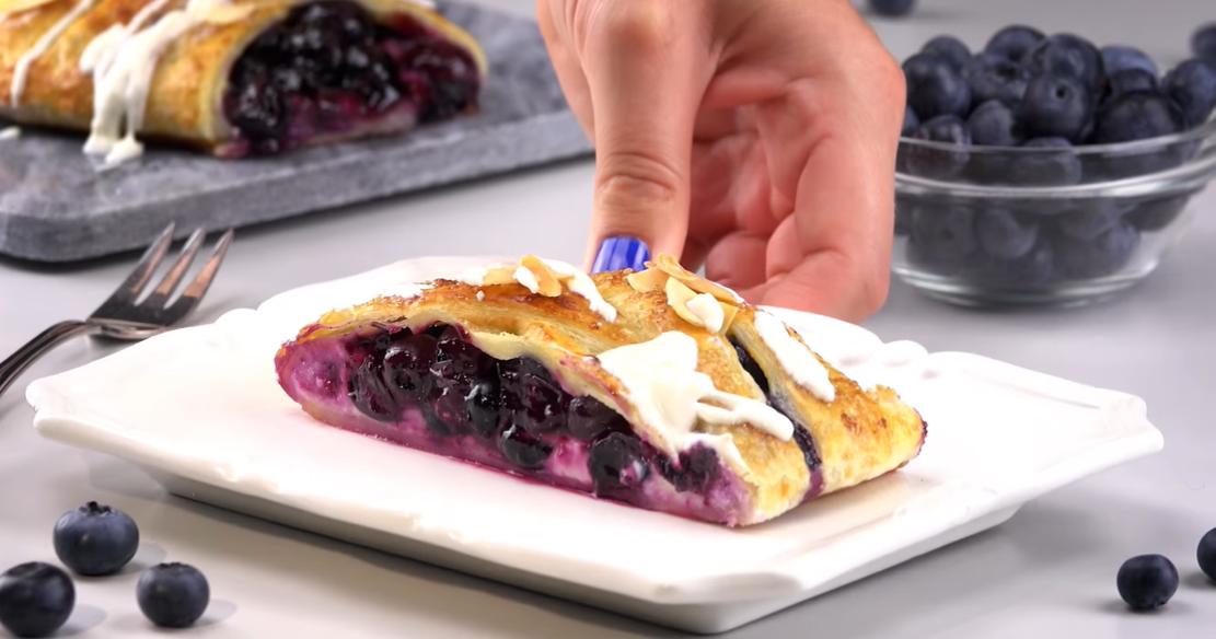 Как приготовить очаровательный слоеный пирог-косичку с черникой: простейший рецепт