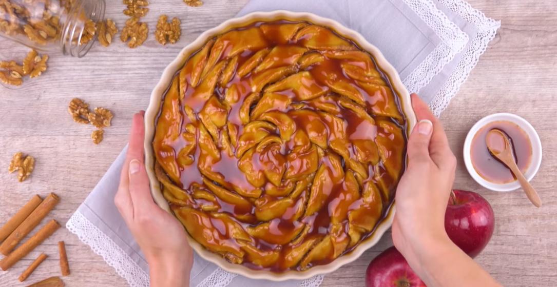 Оригинальный яблочный пирог с карамелью и грецкими орехами - пальчики оближешь!