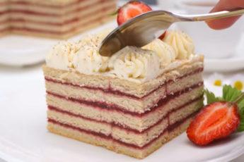 Вкусный торт с клубникой! Самый простой рецепт!