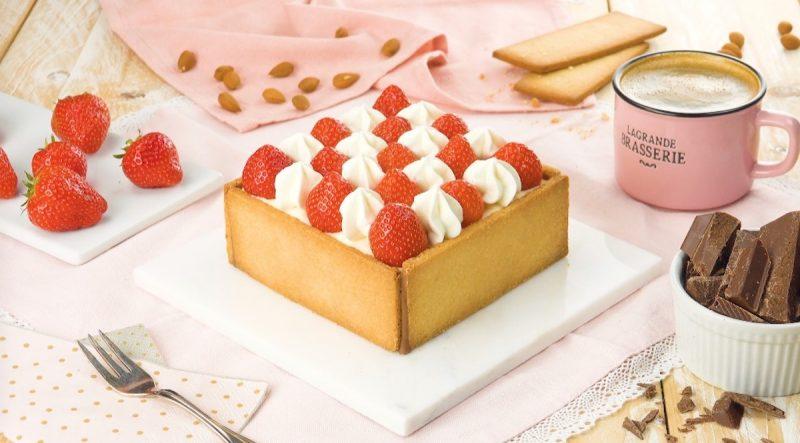Красивый и очень вкусный тортик с клубникой: идеальный десерт к ужину.