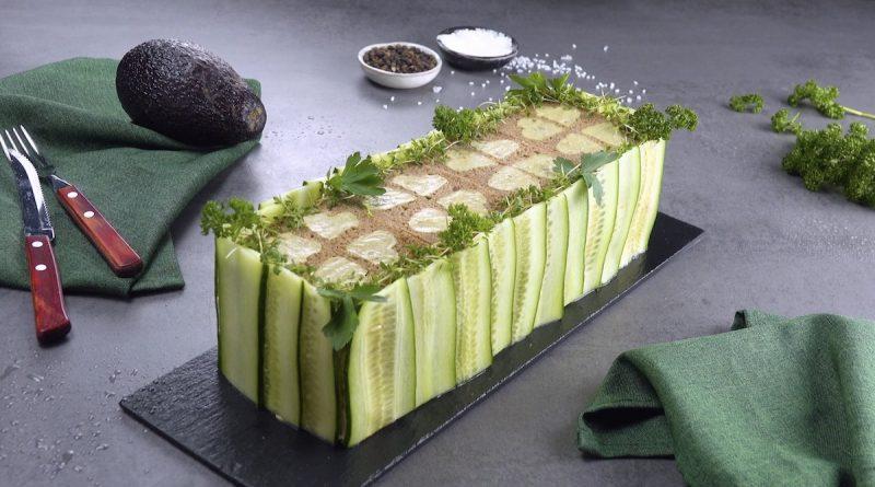 Торт из черного хлеба с курицей и авокадо: простой, летний и очень вкусный рецепт.