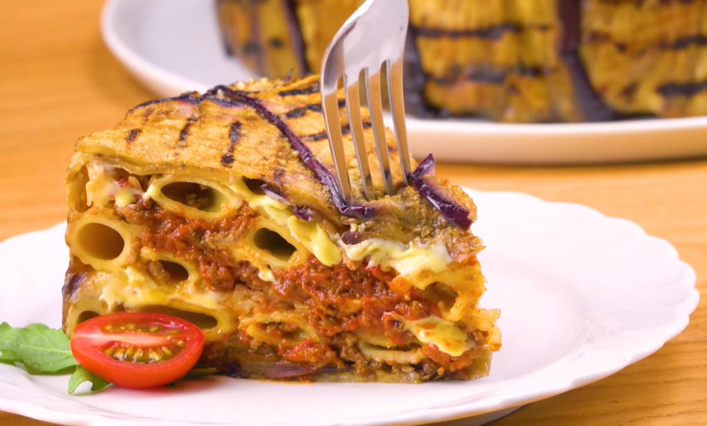Пирог из макарон с жареными баклажанами станет вашим любимым блюдом к ужину.