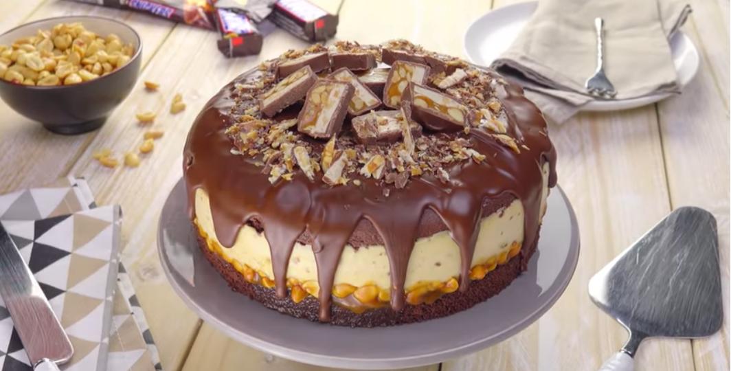 """Торт """"Сникерс"""": оригинальный десерт для особенного случая."""