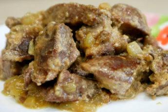 Тушеная свиная печень в сметанном соусе - язык можно проглотить!