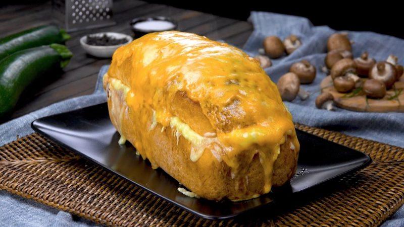 Простой, оригинальный и очень вкусный домашний хлеб с мясной начинкой и овощами.
