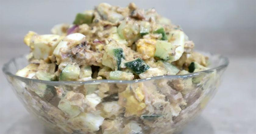 Сытный салат с рыбой, огурцом и яйцом!