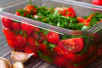 Закуска на любой праздник - пикантные томаты в маринаде!