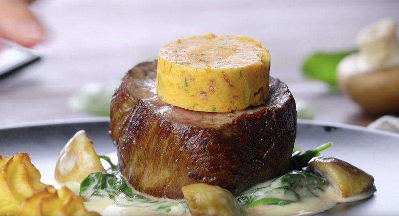 Вкуснейшее говяжье филе с пикантным маслом и нежным соусом. Бесподобно!
