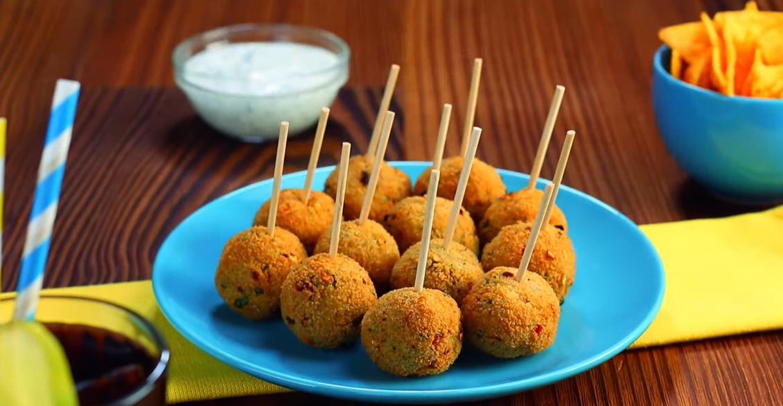 Пикантные картофельные шарики с перцем чили: идеальная закуска