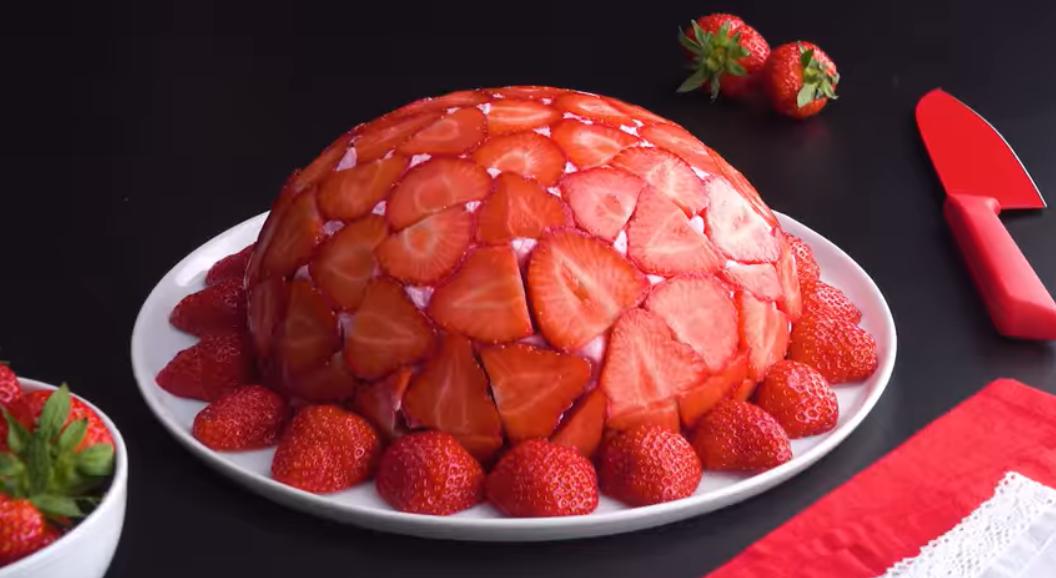 Нежный и легкий муссовый торт с клубникой: рецепт восхитительного десерта!