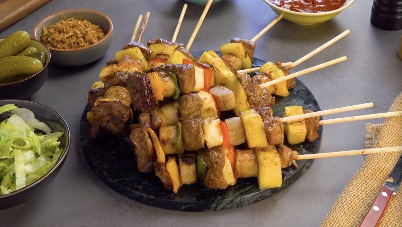 Идеальный шашлык из мяса, овощей, колбасок и ананаса. Это должен попробовать каждый!