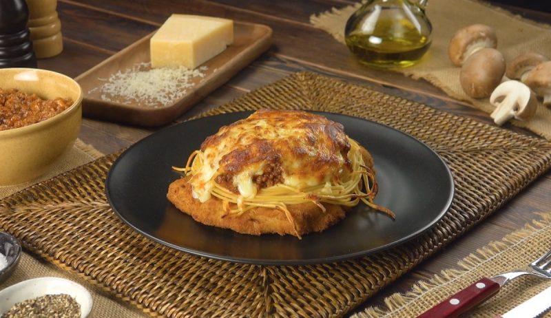 Шницель с соусом, запеченный в духовке: простой, вкусный и очень красивый рецепт.