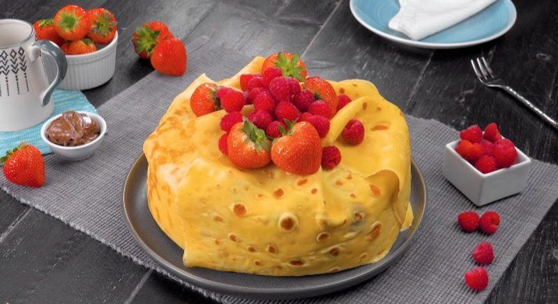 Нежнейший блинный торт с ягодами: бесподобный десерт на скорую руку.