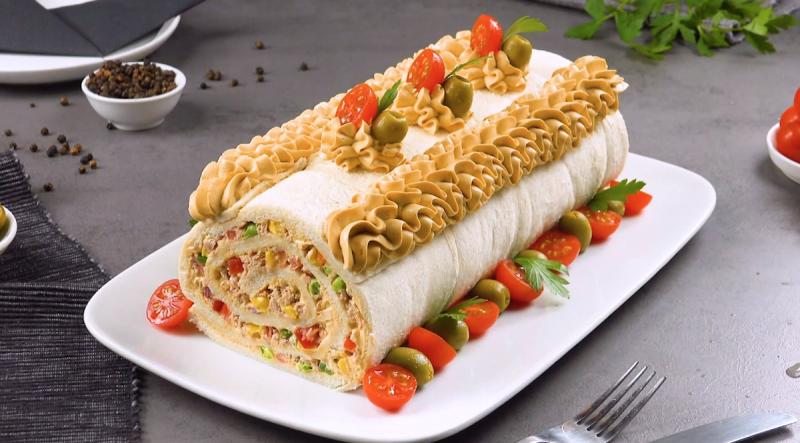 Простой и вкусный рулет с тунцом: эта классная закуска из хлеба понравится всем.
