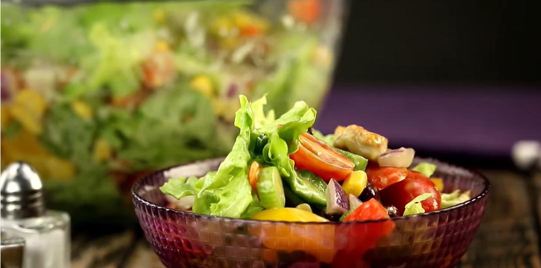 Мексиканский салат с соусом из авокадо: свежий привет из далеких стран