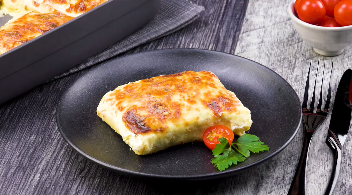 Простое и оригинальное блюдо для сытного ужина: блинная запеканка с курицей.