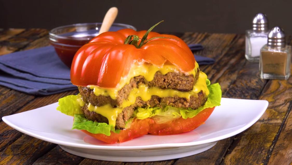 Томатный чизбургер без хлеба: сочный и свежий одновременно.
