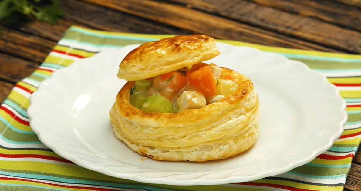 Слойки с овощами и курицей: вкусный сюрприз под крышечкой