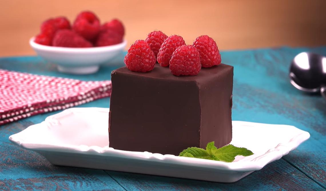"""Пирожное """"Сюрприз в коробочке"""" с малиной: простой рецепт - чудесный десерт!"""