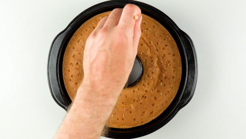 Кокосовый торт-вулкан: красивый, сочный - незабываемый десерт для сладкоежек.