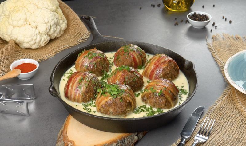 Мясные шарики с цветной капустой и нежным соусом: простой и вкусный ужин на скорую руку.