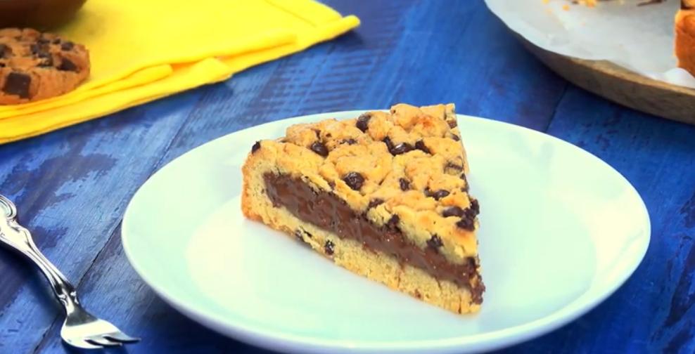 Гигантское печенье с начинкой из шоколадного крема внутри