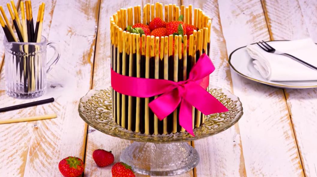 Этот миниатюрный торт поражает своим декором. Все просто!