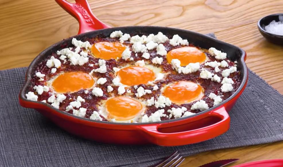 Жареный фарш с фетой и яйцами - простой и вкусный рецепт для ленивых.
