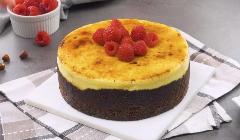 Простой и нежный торт Крем-брюле с хрустящей корочкой: вкуснейший десерт к празднику.