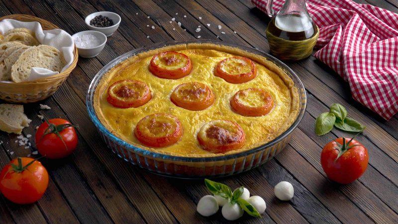 Вкуснейший пирог киш с помидорами, беконом и моцареллой.