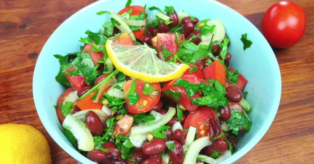 Сытный салат из помидоров