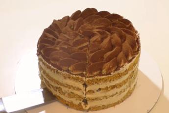 Добавила в бисквит секретный ингредиент – получилось просто божественное сочетание: невероятно вкусный торт с ореховым кремом