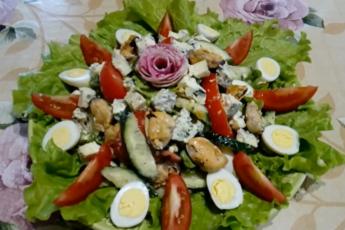 Кусочек лета на зимнем праздничном столе – легкий, красивый, вкусный салат с мидиями и сыром Дор-блю. Едят даже худеющие.