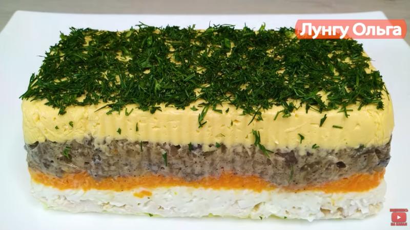 «Королевский» салат на Новый год – в майонез добавили желатин, уложили продукты слоями. «Царь» вашего застолья.