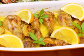 Куриные голени в духовке с яблоками – просто объедение! Весь секрет в сливках и апельсиновом соке.