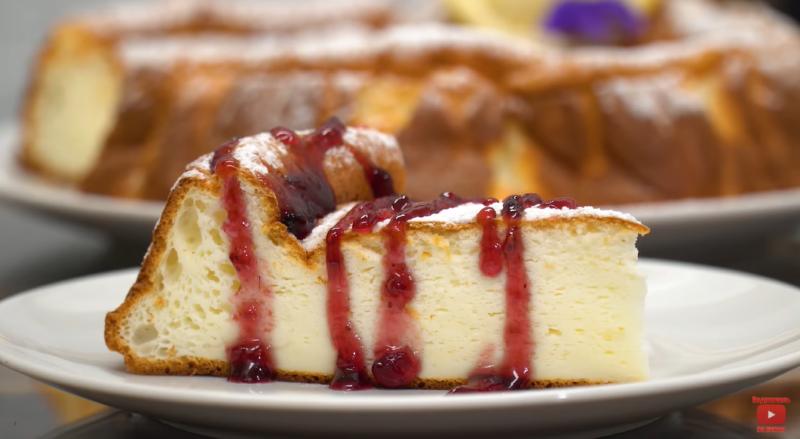 Очень вкусный и нежный десерт из йогурта – не нужно никакого масла и муки. Подойдет даже тем, кто на диете.