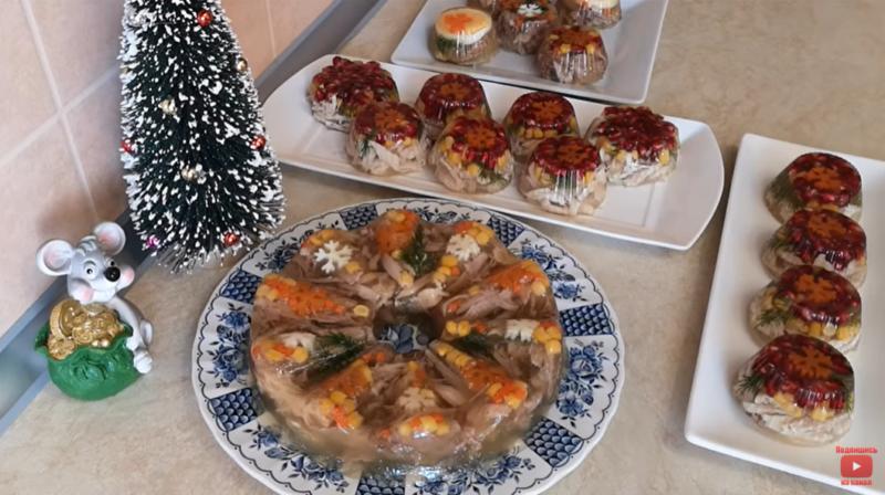 Новогодняя ночь без заливного – это как «брачная ночь без невесты». Порционные заливной салат и холодец – красиво и очень вкусно.